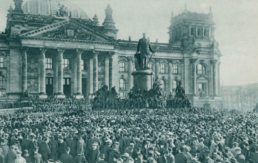 Historical photo of crowd in Berlin at the end of World War 1, November 10, 1918
