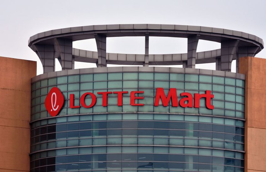 Aerial view of large Lotte Mart building in Guro-dong, Seoul, South Korea