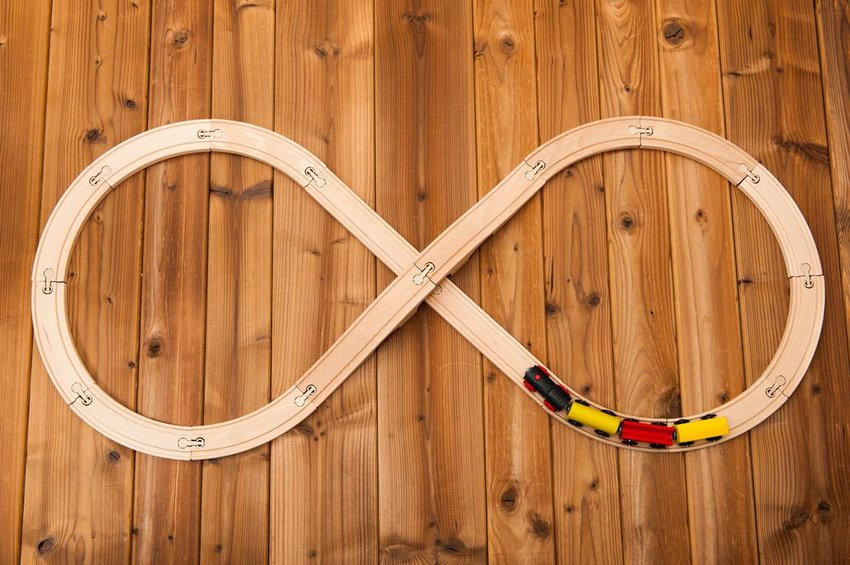 Train set on wooden floor with tracks arranged in an infinity symbol