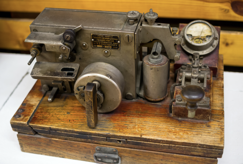 Machine for transmitting signals through morse code